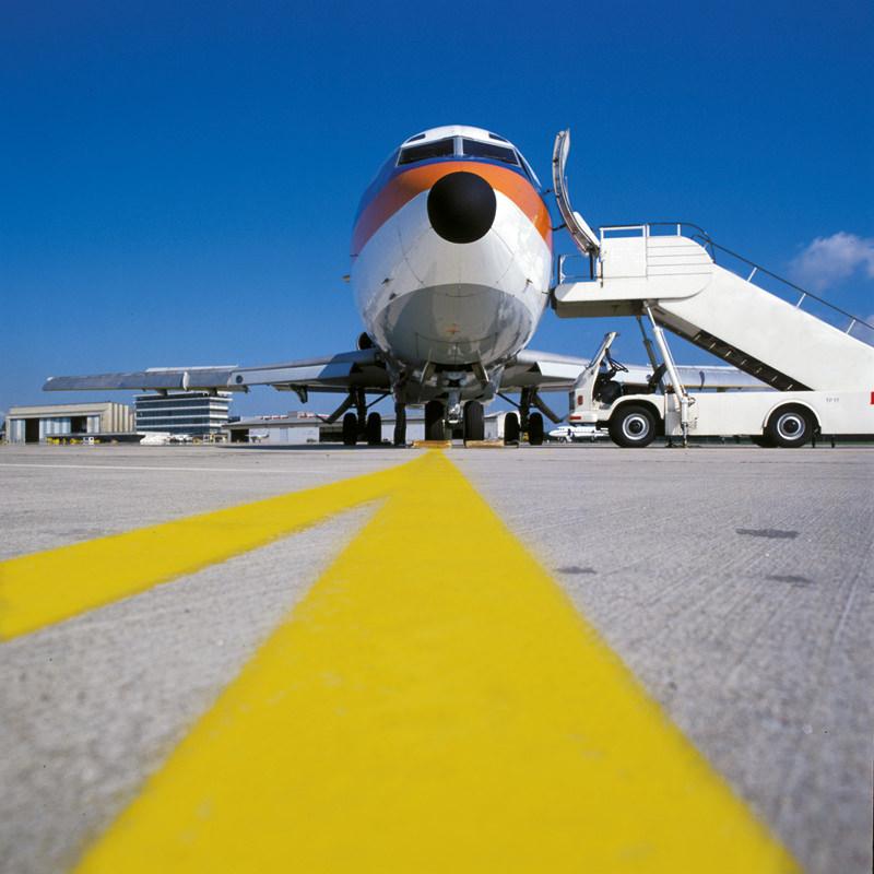 Bodenmarkeirungsfarbe für Flughafen Start- & Landefläche – Nahaufnahme mit Flugzeug